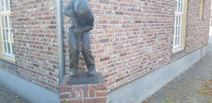 Ik maakte een wandeling, een trage tocht door het Dommdal bij Liempde bij beeldje van de Klompenmaker in Liempde