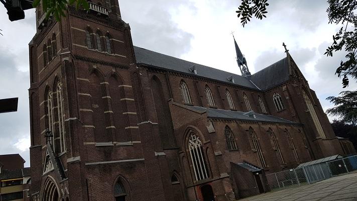 Wandeling over het Woenselpad van Gegarandeerd Onregelmatig buiten de binnenstad van Eindhoven bij Sint Petruskerk in Woensel