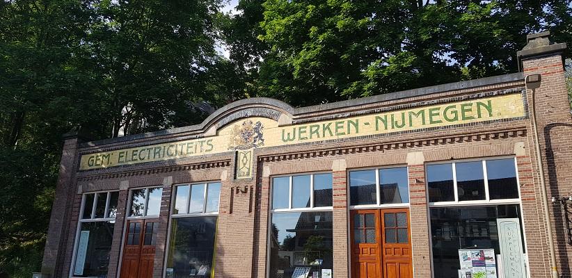Wandelen buiten de binnenstad van Nijmegen over het Berg en Dalpad bij voormalige Gemeentelijke Electriciteitswerken