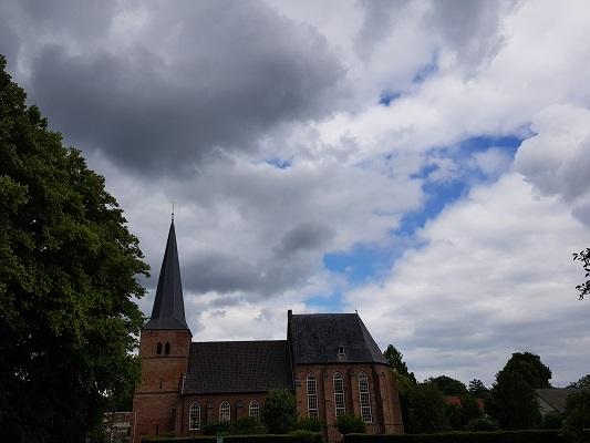 Wandelen buiten de binnenstad van Nijmegen over het Groesbeekpad naar Groesbeek bij kerk in Groesbeek