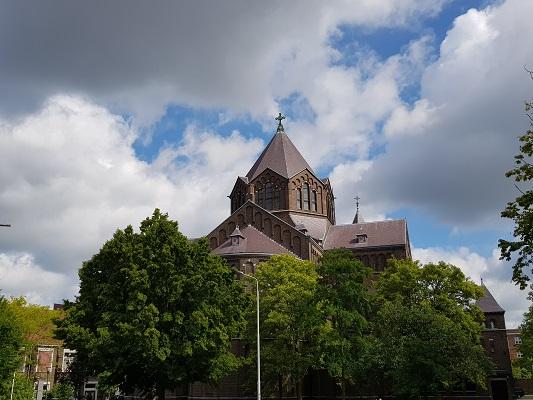 Wandelen buiten de binnenstad van Nijmegen over het Groesbeekpad naar Groesbeek bij Titus Brandsma Gedachteniskerk