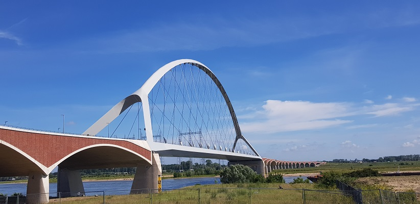 Wandeling buiten de binnenstad van Nijmegen over het Weurtpad bij brug de Oversteek