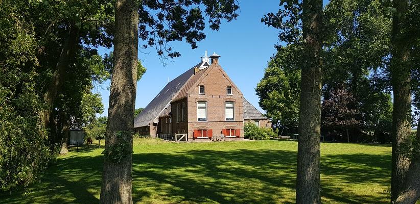 Wandeling van Ferwerd naar Dokkum over het Elfstedenpad bij een Friese stolpboerderij