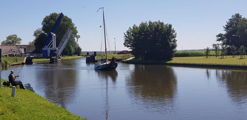 Wandeling van Ferwerd naar Dokkum over het Elfstedenpad bij schepen op de Dokkumer Ee