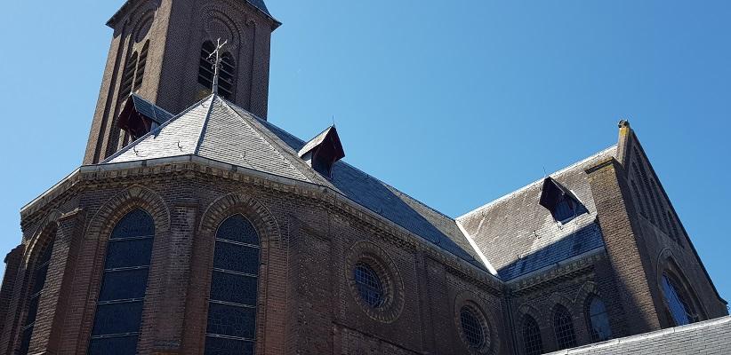 Wandeling van Ferwerd naar Dokkum over het Elfstedenpad bij de kerk in Dokkum