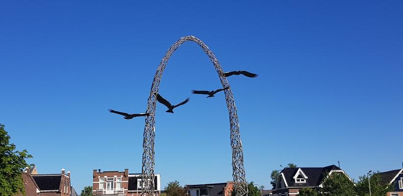 Wandeling van Ferwerd naar Dokkum over het Elfstedenpad bij monument van Tijd