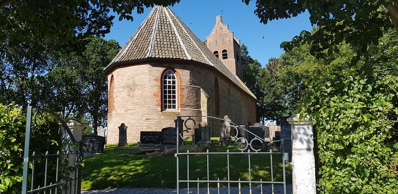Wandeling van Ferwerd naar Dokkum over het Elfstedenpad bij de kerk op terpdorp Hegebeintum