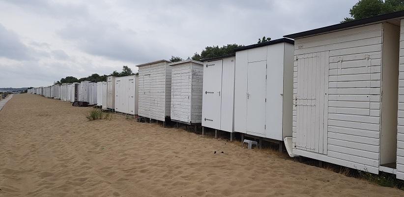Wandeling rond het Veerse Meer over het Nederlands Kustpad bij strandhuisjes