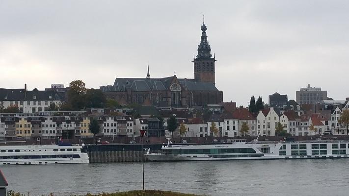 Wandelen buiten de binnenstad van Nijmegen op het Waalsprongpad