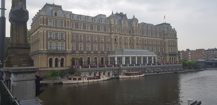 Wandelen buiten de binnenstad van Amsterdam van Gegarandeerd Onregelmatig bij het Amstelhotel