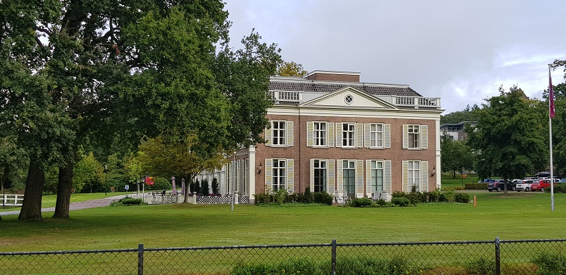 Wandelen buiten de binnenstad van Arnhem over het Parkenpad bij landgoed Rennen Enk