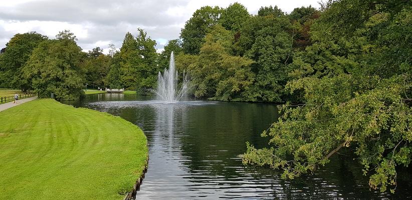 Wandelen buiten de binnenstad van Arnhem over het Parkenpad in Sonsbeek