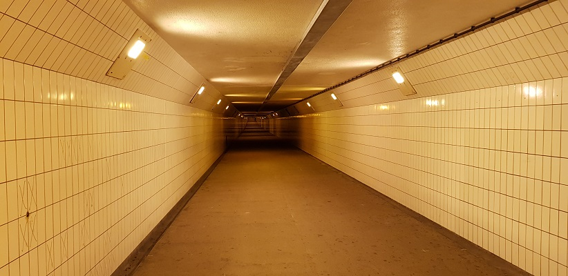 Wandeling buiten de binnenstad van Rotterdam over het Heiplaatpad in de Maastunnel