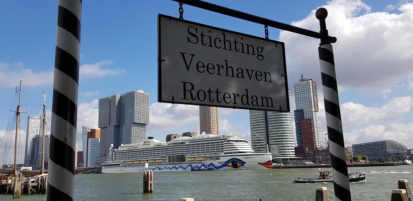 Wandeling buiten de binnenstad van Rotterdam over het Heiplaatpad bij de oude veerhaven