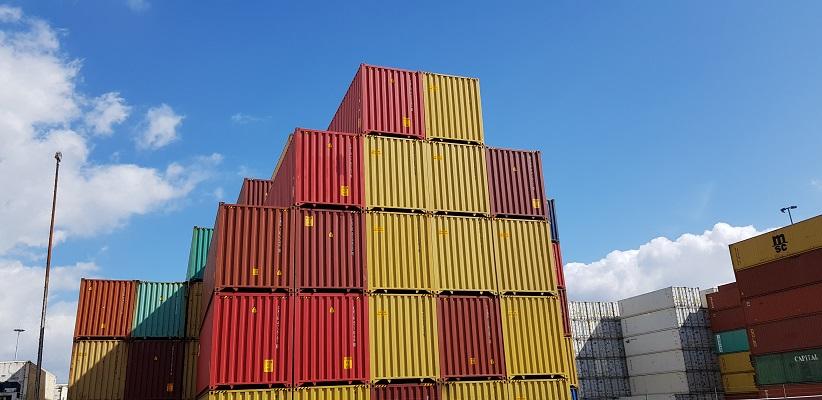 Wandeling buiten de binnenstad van Rotterdam over het Heiplaatpad tussen de containers