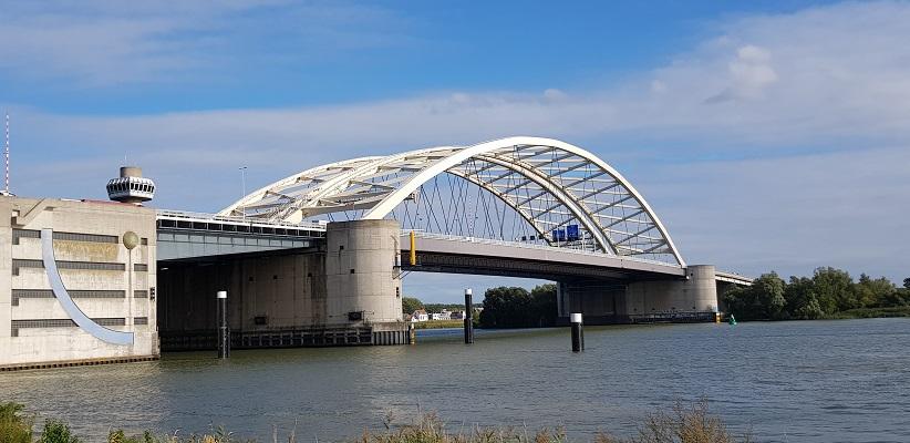 Wandeling buiten de binnenstad van Rotterdam over het Kralingseveerpad bij de Brienenoordbrug