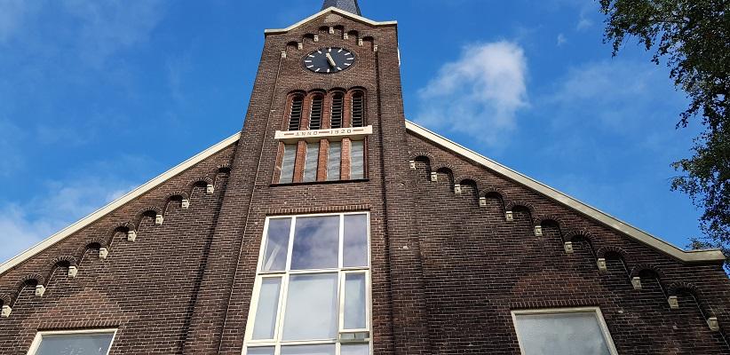 Wandeling buiten de binnenstad van Rotterdam over het Kralingseveerpad bij de kerk in Kralingseveer