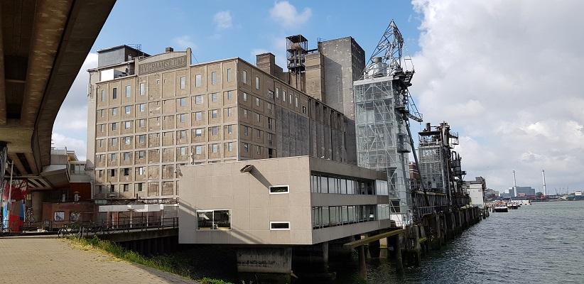 Wandeling buiten de binnenstad van Rotterdam over het Katendrechtpad