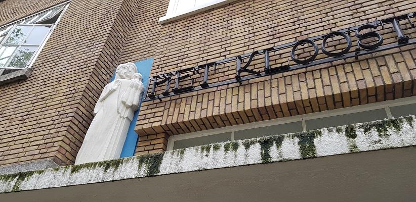 Wandeling buiten de binnenstad van Rotterdam over het Katendrechtpad bij het Klooster