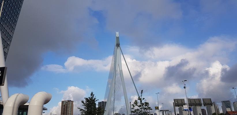 Wandeling buiten de binnenstad van Rotterdam over het Katendrechtpad bij de Erasmusbrug