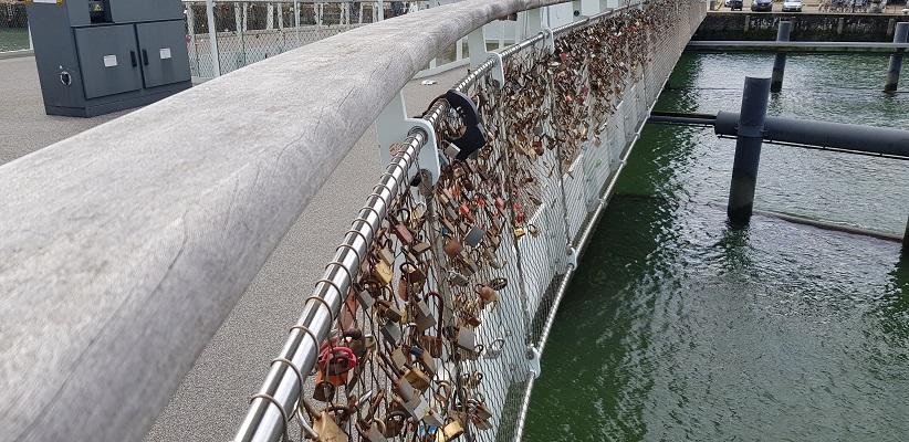 Wandeling buiten de binnenstad van Rotterdam over het Katendrechtpad op de Rijnlandbrug