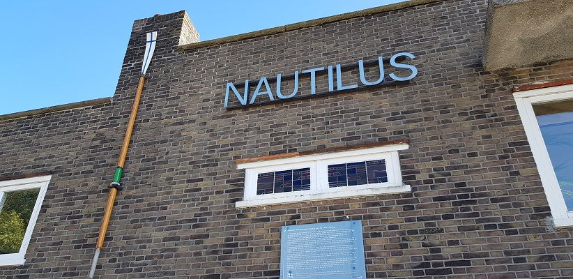 Wandeling buiten de binnenstad van Rotterdam over het Kralingseveerpad bij roeivereniging Nautilus