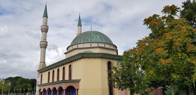 Wandelen buiten de binnenstad van Rotterdam over het Overschiepad bij moskee