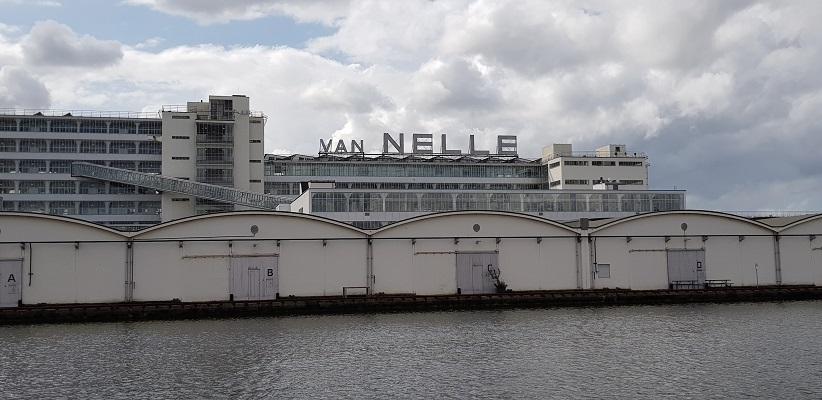 Wandelen buiten de binnenstad van Rotterdam over het Overschiepad bij Van Nelle fabrieken