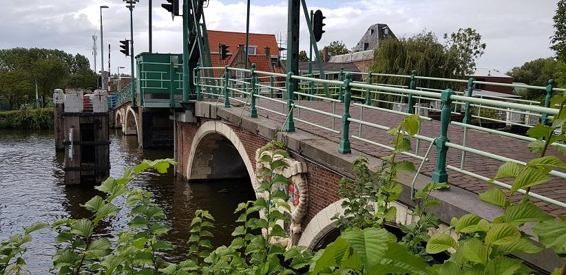 Wandelen buiten de binnenstad van Rotterdam over het Overschiepad