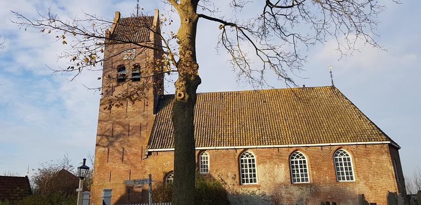 Wandeling over het Elfstedenpad van Witmarsum naar Allingawier bij de kerk in Allingawier
