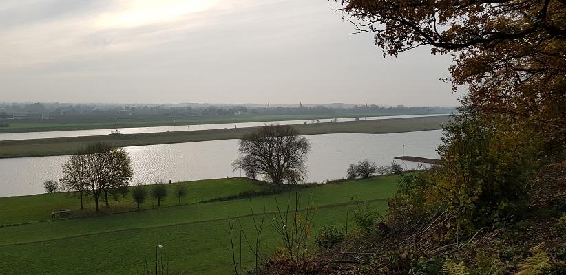 Wandeling over Klompenpad het Dorenweertsepadmet zicht op de Rijn