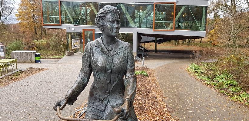 Wandeling over Trage Tocht Posbank bij Rheden samen met bedenker en routemaker Rob Wolfs bij beeld van koningin Beatrix
