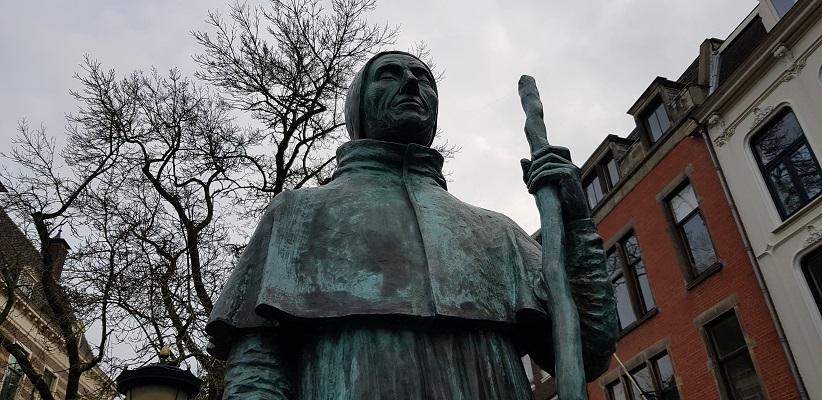 Wandeling uit gids Utrecht acht keer anders langs markante Utrechters bij beeld van Paus Adrianus