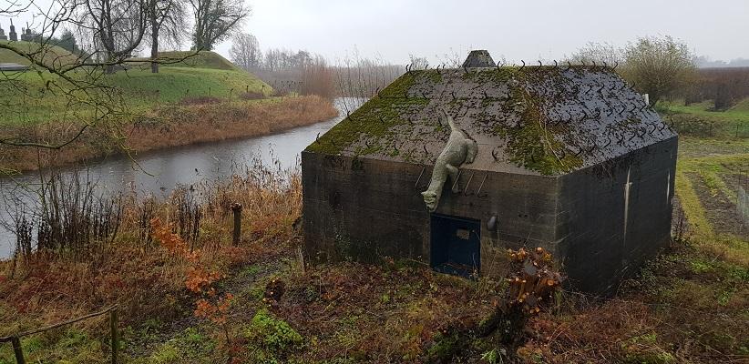 Wandeling over Klompenpad Rhenoijsepad bij bunker bij Fort Asperen