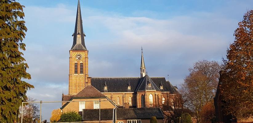 Wandeling over ontwerproute Trage Tocht De Mortel bij de kerk