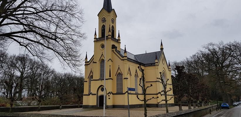 Wandeling over Trage Tocht Neerijnen bij de kerk in Neerijnen