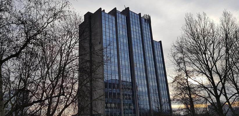 Wandeling ten westen van de Amstel in Amsterdam bij flatgebouw wat gebruikt voor filmopnames van De Lift