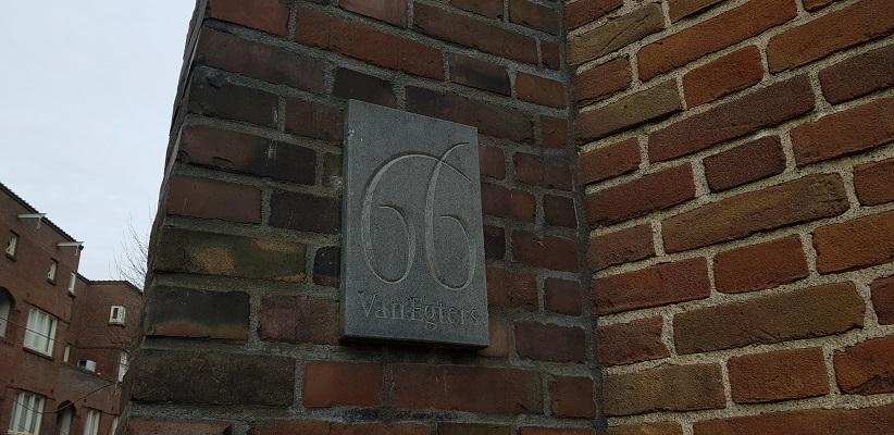 Wandeling ten westen van de Amstel in Amsterdam bij het huis waart Gerard Reve het boek de Avonden schreef