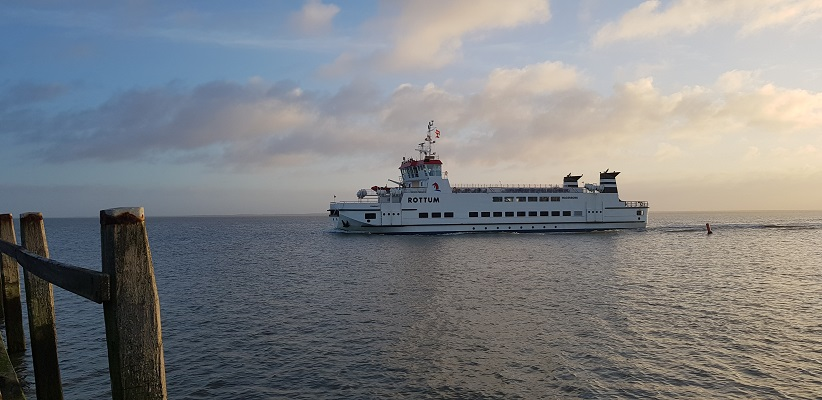 Wandeling op Schiermonnikoog van het Dorp naar de veerdam bij komst van de veerboot de Rottum