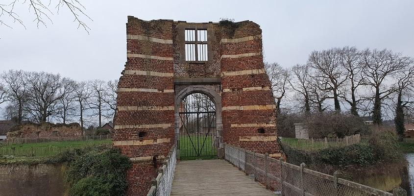 Stadswandeling Batenburg bij de kasteelruïne van kasteel Batenburg
