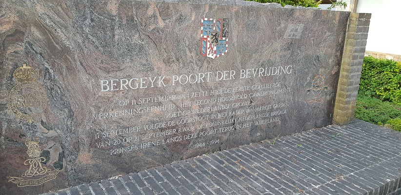 Wandeling over het Airbornepad van de Kempervennen naar Lommel in België bij monument Market Garden aan de grens bij Lommel-Bergeijk