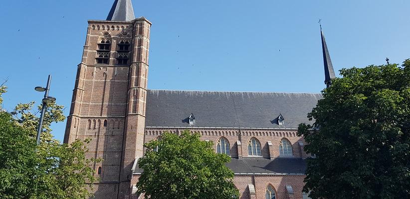 Wandeling over het Airbornepad van de Kempervennen naar Lommel in België bij de kerk in Lommel