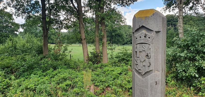 Wandeling over Trage Tocht Hilversum bij grenspaal Noord-Holland-Utrecht