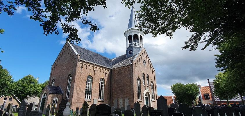 Wandeling op Terschelling van West naar Hoorn bij de kerk in Midsland
