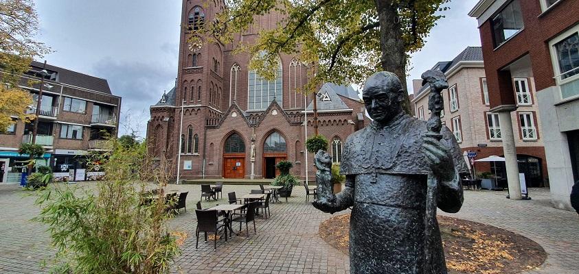 Wandeling over Ommetje Sint-Oedenrode bij het beeld van Mgr. Bekkers