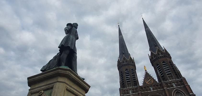 Stadswandeling Tilburg bij het beeld van Willem II op de Heuvel