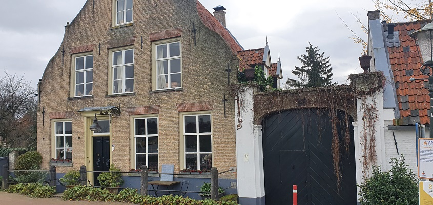 Thijssewandeling Lith-Maren-Kessel bij het geboortehuis van huisarts Wiegersma