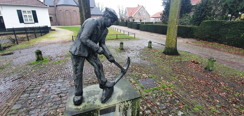 Wandeling over ommetje Sint Hubert bij beeld van de ijzerbroekwerker