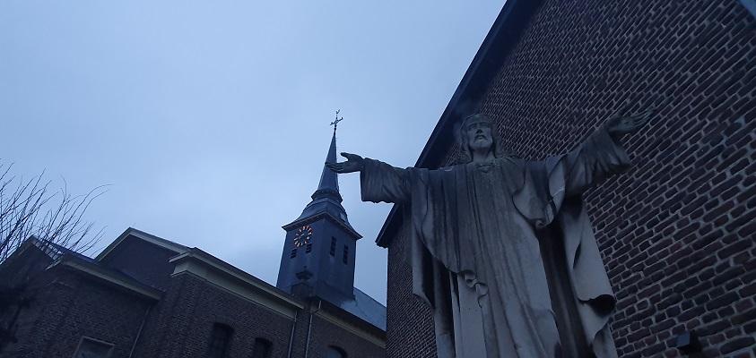 Wandeling over Trage Tocht Stevensweert bij de kerk en kruisbeeld