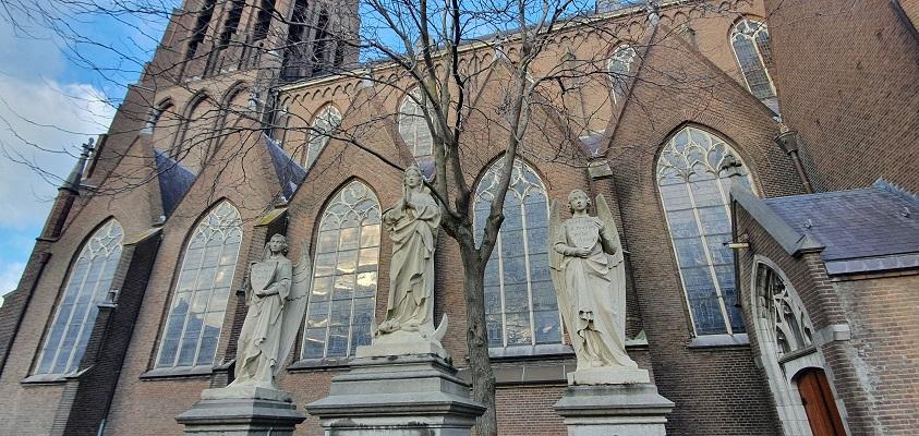 Historische wandeling Oss bij beeldengroep bij de Grote Kerk